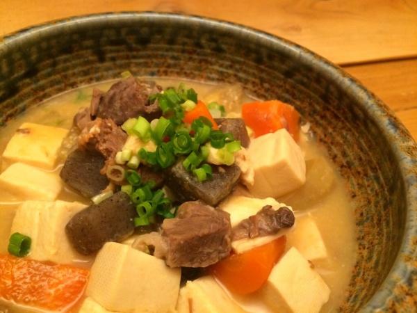 鹿肉と根菜の煮込み